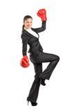 Mooie bedrijfsvrouw die bokshandschoenen draagt Royalty-vrije Stock Afbeeldingen