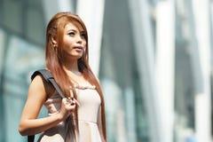 Mooie bedrijfsvrouw die buiten haar bureau met aktentas lopen Royalty-vrije Stock Foto