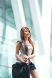 Mooie bedrijfsvrouw die buiten haar bureau met briefca lopen Royalty-vrije Stock Fotografie