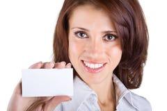 Mooie bedrijfsvrouw die een adreskaartje toont Stock Foto