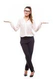 Mooie bedrijfsvrouw die een schaal met haar open maken wapens brede Stock Afbeeldingen