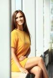 Mooie bedrijfsvrouw die en camera glimlachen bekijken royalty-vrije stock afbeeldingen