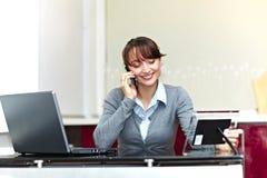 Mooie bedrijfsvrouw die op de telefoon spreekt royalty-vrije stock fotografie