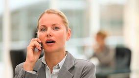 Mooie bedrijfsvrouw die op de telefoon spreken stock video