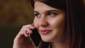 Mooie bedrijfsvrouw die op de telefoon spreken die en over haar reis op vakantie glimlachen spreken Close-up stock videobeelden