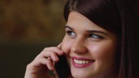 Mooie bedrijfsvrouw die op de telefoon spreken die en over haar reis op vakantie glimlachen spreken Close-up stock video