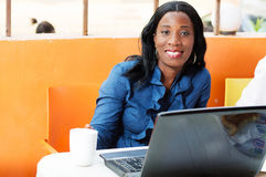 Mooie bedrijfsvrouw in een café met haar laptop Stock Afbeeldingen