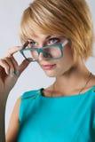 Mooie bedrijfsvrouw met glazen stock foto