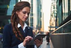 Mooie bedrijfsvrouw met tabletcomputer outdoors royalty-vrije stock foto