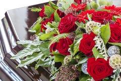 Mooie begrafeniskroon van rozen op een doodskist, close-up royalty-vrije stock afbeelding