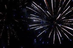 Mooie begroeting en vuurwerk met de zwarte hemelachtergrond Abstracte vakantieachtergrond met divers omhoog licht van het kleuren royalty-vrije stock afbeelding