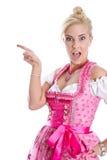 Mooie Beierse geïsoleerde vrouw het maken van bevordering voor Oktoberfe Royalty-vrije Stock Fotografie