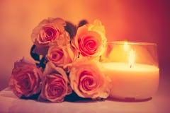 Mooie beige rozen en brandende kaars Royalty-vrije Stock Afbeeldingen