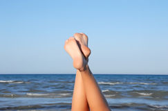 Mooie benen op het strand Stock Foto