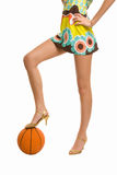 Mooie benen op hoge hielen met basketbal Royalty-vrije Stock Afbeelding