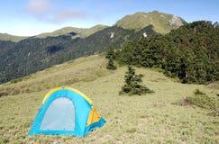 Mooie berg en tent stock afbeeldingen