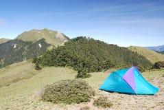Mooie berg en tent royalty-vrije stock fotografie