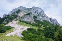 Mooie bergbovenkant op een stormachtige dag Stock Foto's