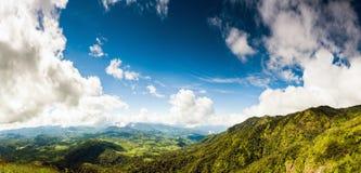 Mooie bergen hoog in wolken stock fotografie