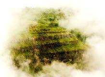 Mooie bergen met mistig Stock Foto's