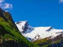 Mooie bergketen rond Briksdal-Gletsjer, Noorwegen Stock Foto's