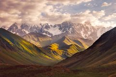 Mooie bergketenzonsopgang in Ushguli, Svaneti, Georgië Royalty-vrije Stock Foto's
