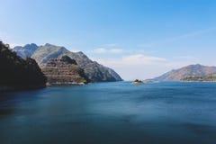 Mooie bergmening bij dam in Thailand Stock Foto