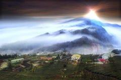 Mooie bergmening met aardige verlichting en wolk stock footage