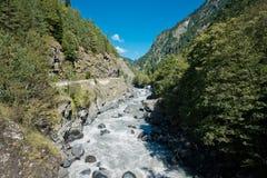 Mooie bergrivier Enguri in Svaneti georgië Stock Foto's