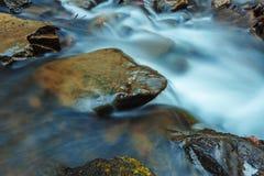 Mooie bergwaterval Huk in de Karpaten Stock Afbeeldingen