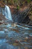 Mooie bergwaterval Huk in de Karpaten Stock Foto