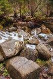 Mooie bergwaterval Huk in de Karpaten Stock Afbeelding