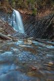 Mooie bergwaterval Huk in de Karpaten Royalty-vrije Stock Afbeeldingen