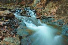 Mooie bergwaterval Huk in de Karpaten Stock Foto's