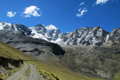 Mooie bergweg in de Andes, Echte Cordillera, Bolivië royalty-vrije stock fotografie