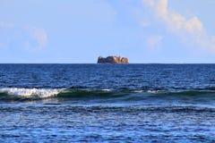 Mooie bespattende turkooise oceaangolven bij de witte stranden op het paradijseiland Seychellen royalty-vrije stock afbeelding