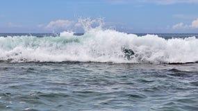 Mooie bespattende turkooise oceaangolven bij de witte stranden op het paradijseiland Seychellen royalty-vrije stock foto