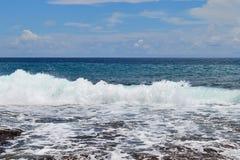 Mooie bespattende turkooise oceaangolven bij de witte stranden op het paradijseiland Seychellen stock fotografie