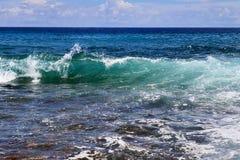 Mooie bespattende turkooise oceaangolven bij de witte stranden op het paradijseiland Seychellen royalty-vrije stock foto's