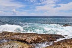 Mooie bespattende turkooise oceaangolven bij de witte stranden op het paradijseiland Seychellen royalty-vrije stock fotografie