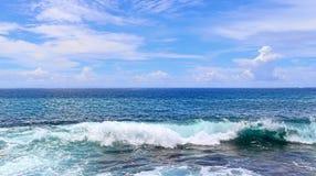 Mooie bespattende turkooise oceaangolven bij de witte stranden op het paradijseiland Seychellen stock foto's
