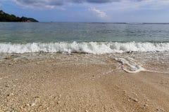 Mooie bespattende turkooise oceaangolven bij de witte stranden op het paradijseiland Seychellen stock foto