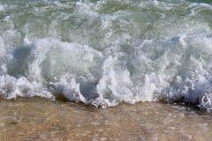 Mooie bespattende turkooise oceaangolven bij de witte stranden op het paradijseiland Seychellen stock afbeelding