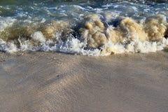 Mooie bespattende turkooise oceaangolven bij de witte stranden op het paradijseiland Seychellen royalty-vrije stock afbeeldingen