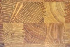 Mooie betegelde houten textuur als achtergrond met regelmatig vierkant houten elementenpatroon stock foto