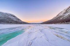 Mooie bevroren fjord met mist Stock Fotografie