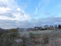 Mooie bewolkte hemel en Z Naumiestisstad, Litouwen stock foto's
