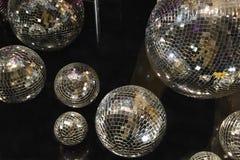 Mooie binnenmening aan het venster van verfraaid met mirrowballen voor boutique van de Kerstmis de bijkomende manier stock afbeeldingen