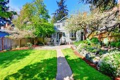 Mooie binnenplaatsmening met twee terrasgebieden en bloeiende bomen Royalty-vrije Stock Foto