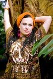 Mooie blauw-eyed vrouw met de Afrikaanse vlechten Royalty-vrije Stock Afbeeldingen